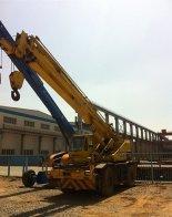 dźwig na placu budowy